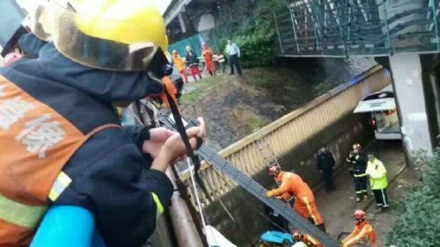 4死3伤!上海S1高速单车侧翻