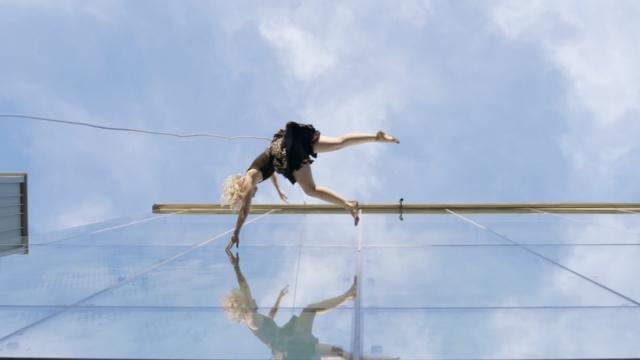 挑战地心引力的空中舞者