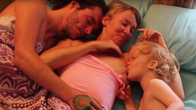 英国母亲坚持母乳喂养4岁儿子