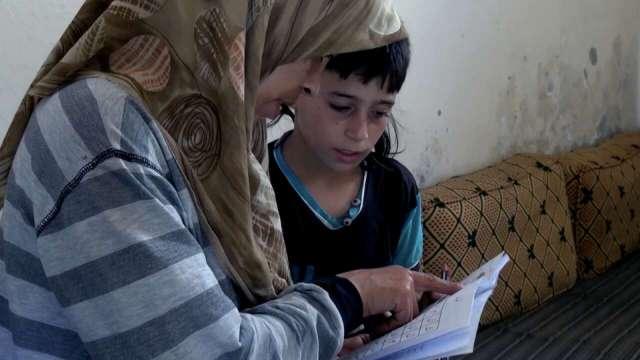 学校全被炸了,妈妈在家教他识字