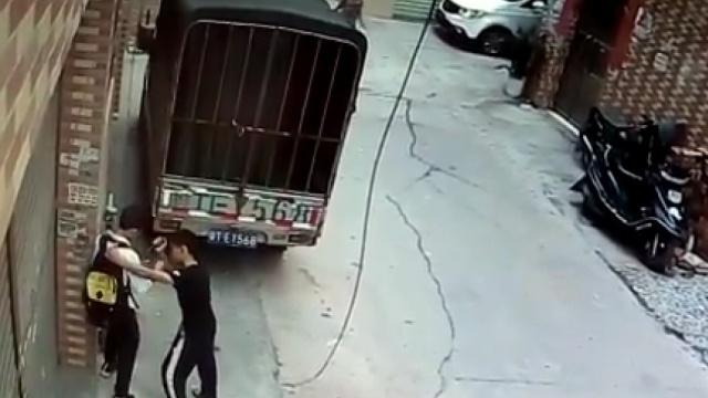 实拍:两流浪少年持刀抢劫小学生