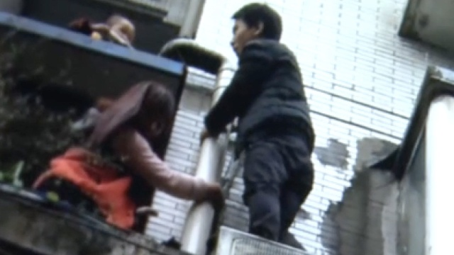 2岁男童从8楼坠落,众邻居倾力相救