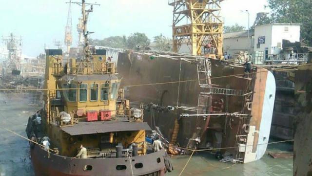 怎么做到的?印度舰艇船坞内倾覆