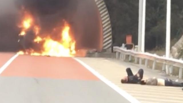 现场:江西隧道口轿车侧翻起火