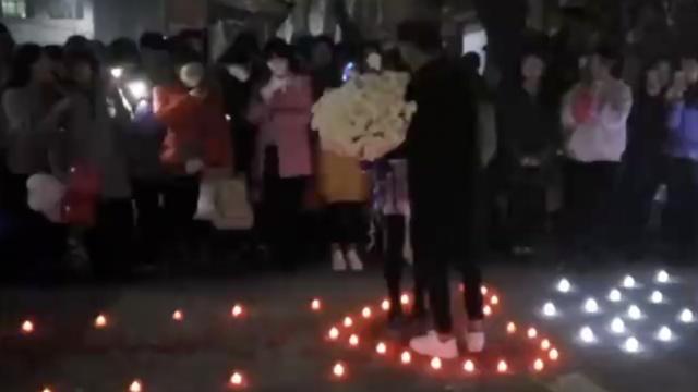 男生摆电子蜡烛表白,不怕老师扑灭