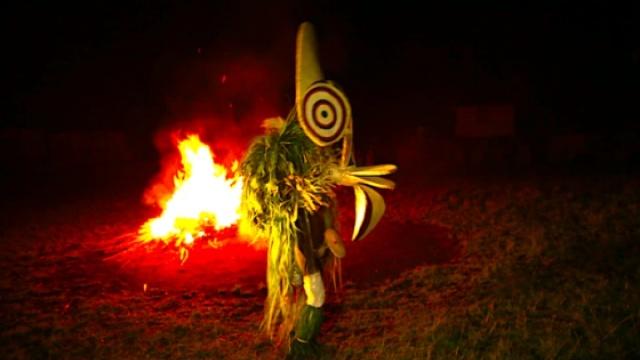 赤脚踩烈火,深山部落里的绝命舞蹈