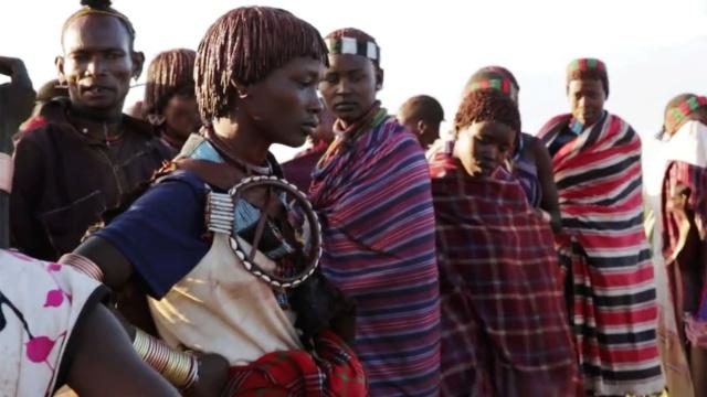 部落单身派对,两头牛换走一个女孩