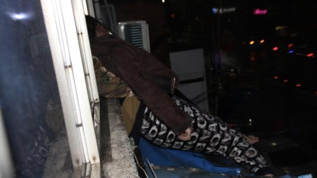 醉酒女坠楼邻居家,男友敲门找东西