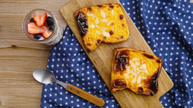 人气美食烤奶酪吐司和酸奶杯
