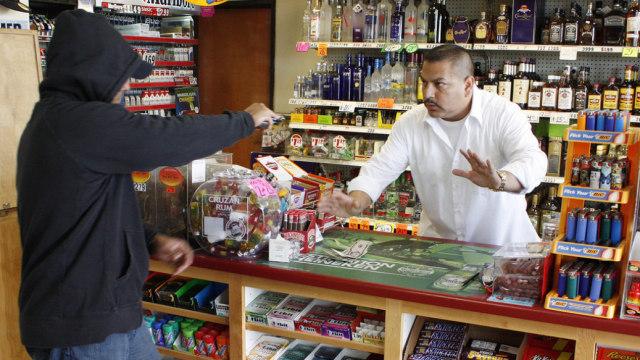 男子用手指装作枪,成功抢劫便利店