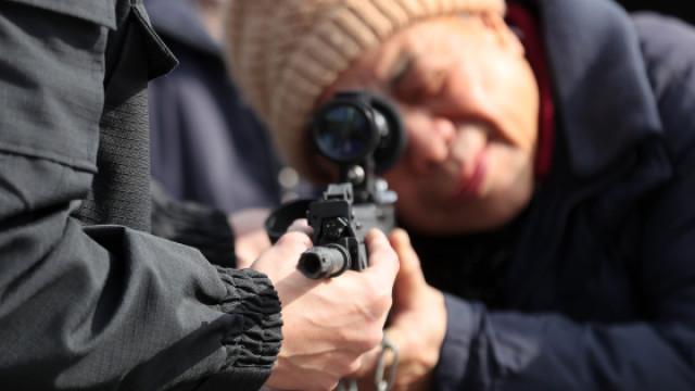 今天在杭州   你可以摸到真枪