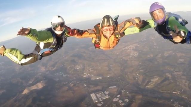 83岁老太跳伞,想离去世儿子近一点