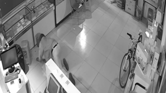 入室盗窃发现监控,男子跪地匍匐…