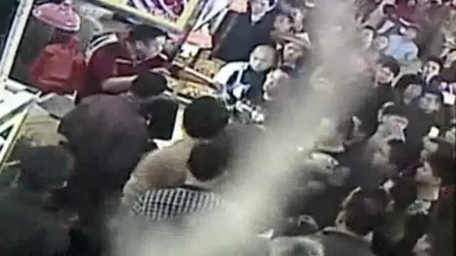 广州猪肉摊主围堵市场管理员起冲突