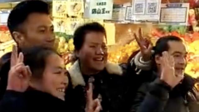 心情好!谢霆锋菜市场为老奶奶敬茶