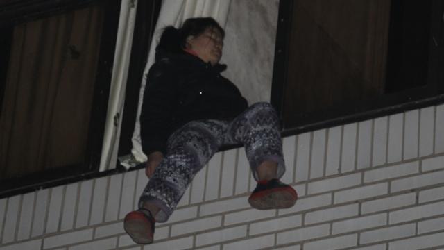 女汉子砍伤丈夫要跳楼,消防员扑救