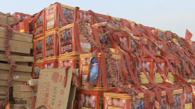 捂起耳朵!5000箱烟花爆竹被点燃
