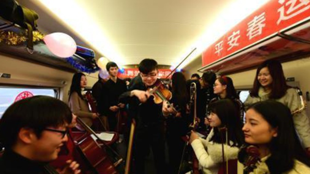 大学生高铁上玩快闪,温暖归途列车