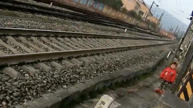人小胆大!3岁娃想看火车,独上铁路