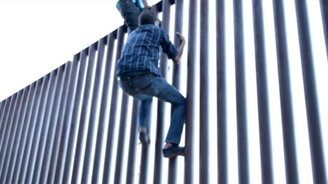 川普建墙前,再看看偷渡客怎么翻墙