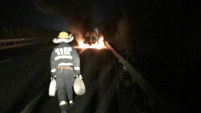 救护车中途起火,警车转移危重病人