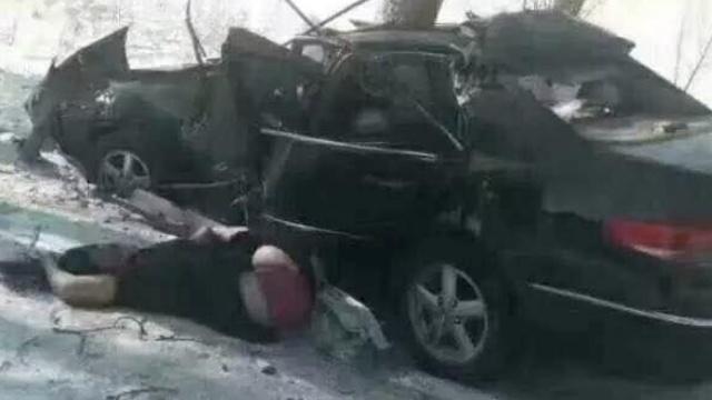 哈尔滨小车撞树,父母双亡孩子送医