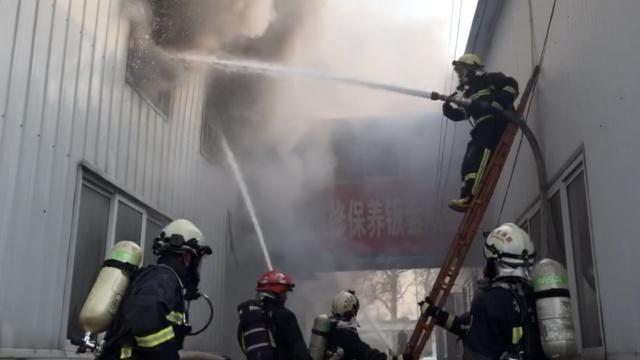 北京怀柔车饰店大火,隔壁是加油站