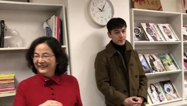 留学提上日程?网友偶遇胡歌办签证