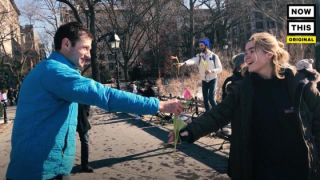 情人节,他们向路人赠花