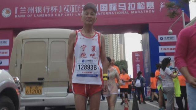 跑步20年,他73岁将领跑银川马拉松