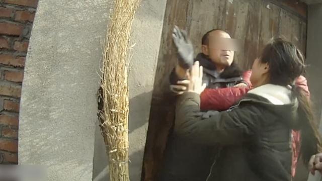 反对女儿婚事,他掌掴女儿拳打民警