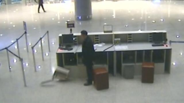 男子误机怒砸机场柜台,称