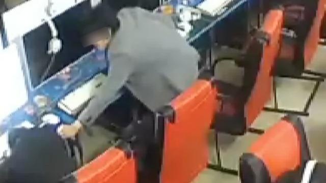 监控:男子网吧熟睡,被邻座偷走手机