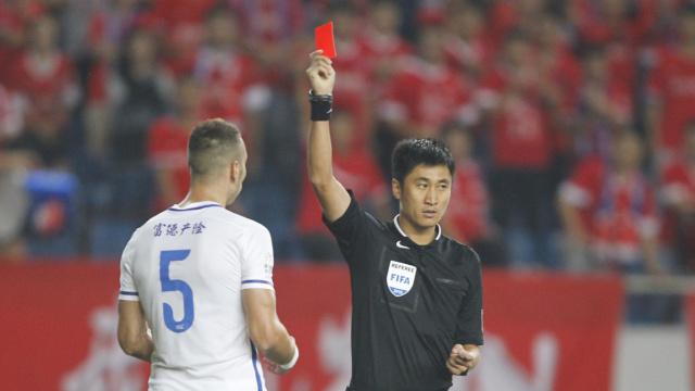 中超新规:谁敢骂裁判,直接送红牌!