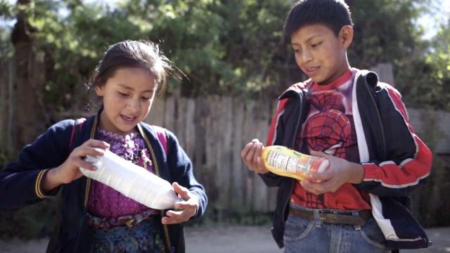 你扔掉的瓶子,他们用来建学校