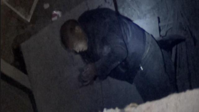 老人酒后坠入6米深电梯井,消防驰援
