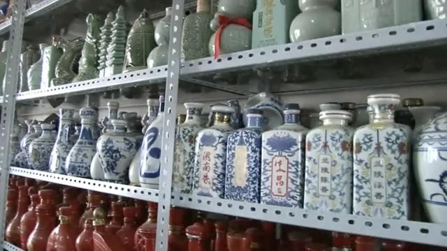 7旬老人收藏酒器17年,满屋3千种瓶