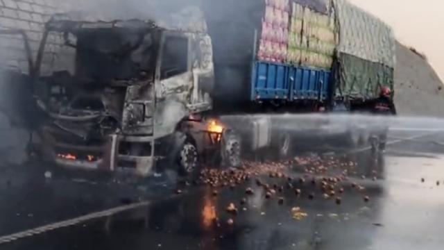 可惜!货车载40吨橘子起火,撒满一地