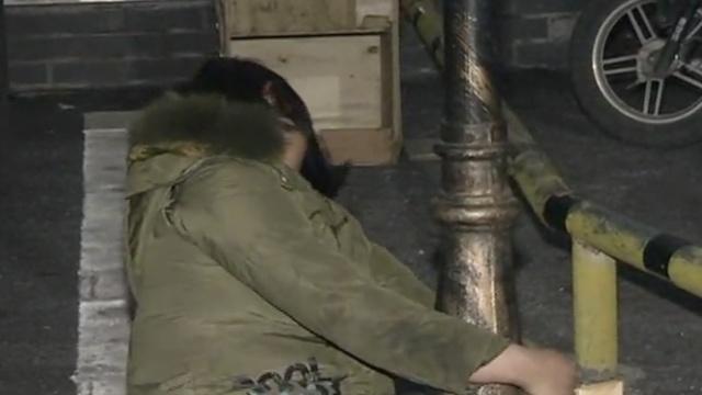 女子狂饮1斤半白酒,深夜躺路边睡觉