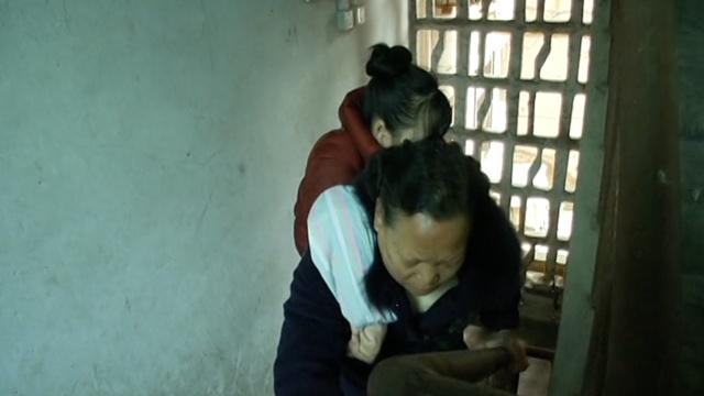 泪奔!69岁老母背截肢女儿上下楼