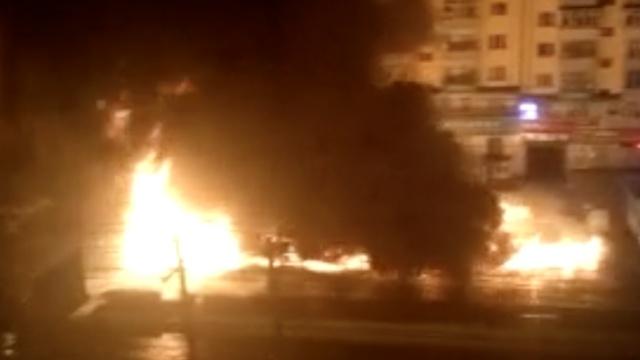 实拍:哈尔滨11辆车起火,火光冲天
