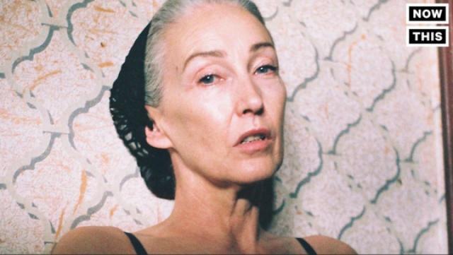 正能量!53岁女模特拍摄内衣广告