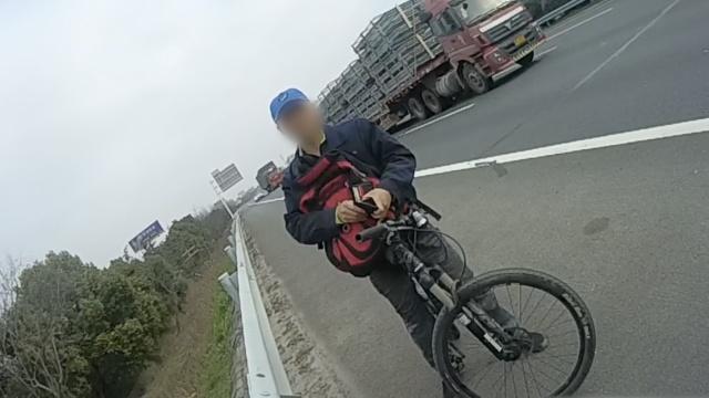 小伙高速骑行众路人报警,甩锅导航