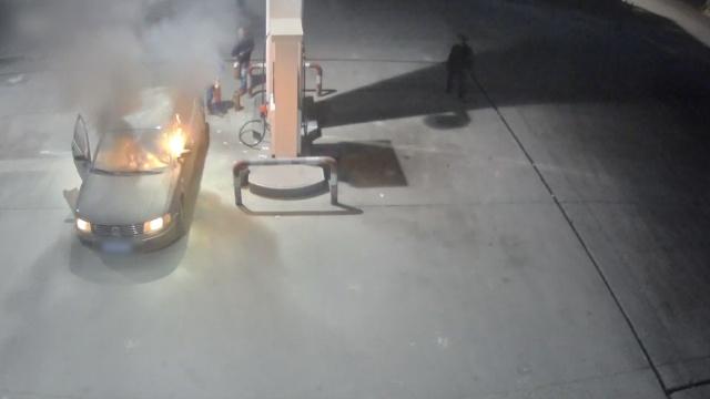 小车加油站内2次起火,员工奋力扑灭