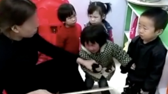 幼师体罚吓哭小孩,录视频上网炫耀