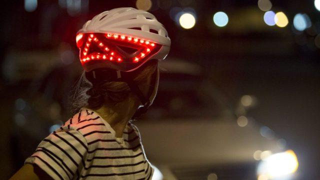 头盔也带转向灯,夜间骑行更安全
