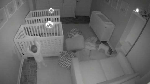 深夜不睡起来嗨,双胞胎宝宝要上天