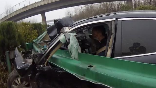 监拍:男子高速疲劳驾驶,护栏穿车身