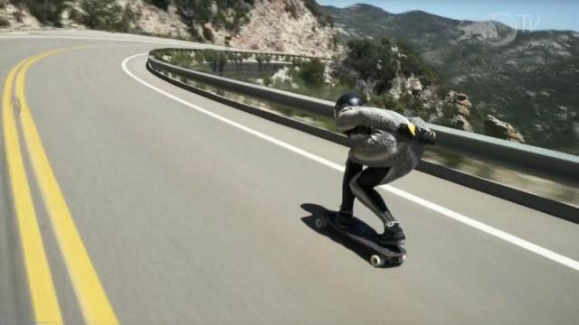 滑板可以赛汽车?达人在公路起飞