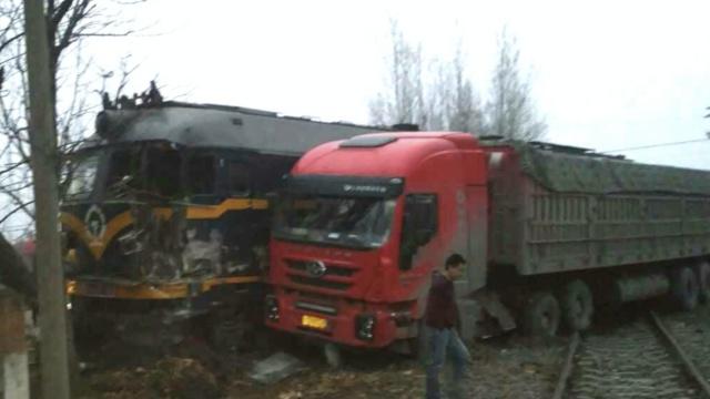 现场:火车怼上半挂货车,被撞出轨